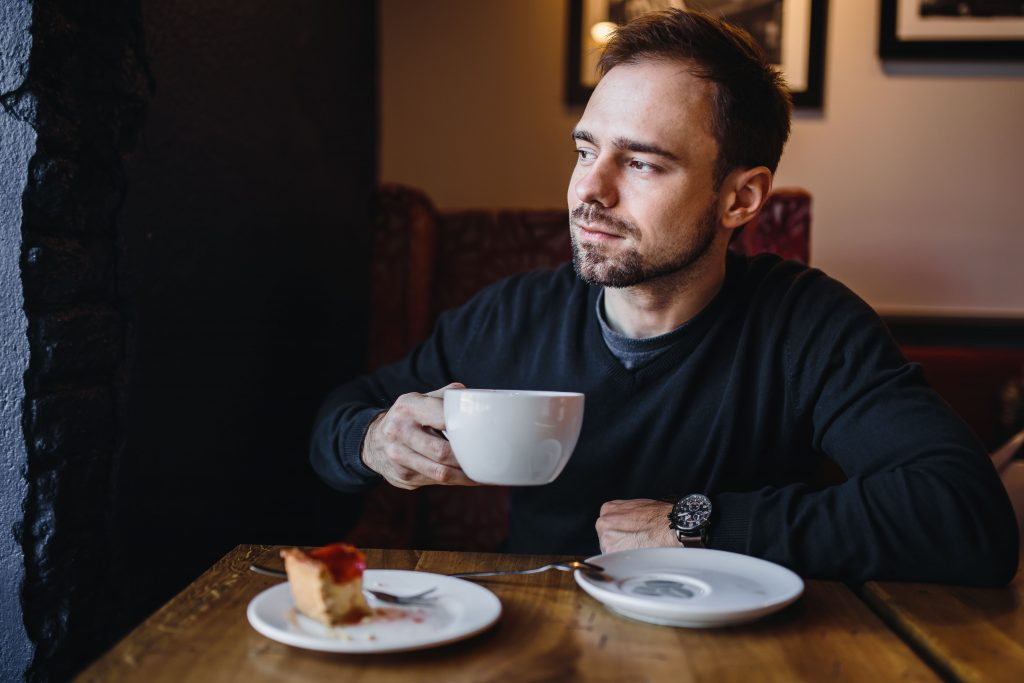 kaboompics_Young Elegantly dressed man sititng in a cafe-2